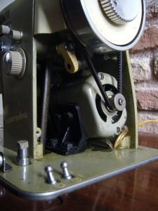 Cambiare la cinghia motore motori interni necchi for Motori elettrici per macchine da cucire